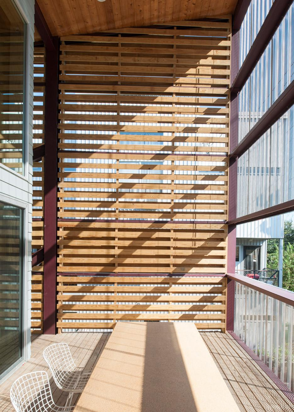 shotgun-chameleon-zdes-sustainable-house-timber-texas_dezeen_936_8
